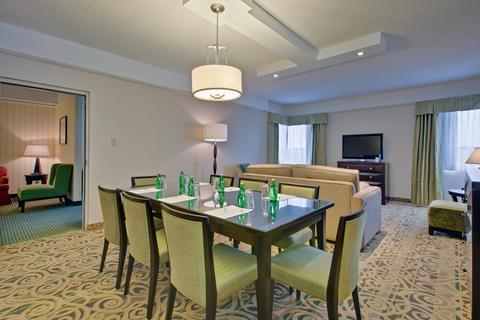 2631759-Holiday-Inn-Hotel-Suites-WINDSOR-AMBASSADOR-BRIDGE-Suite-1-DEF.jpg