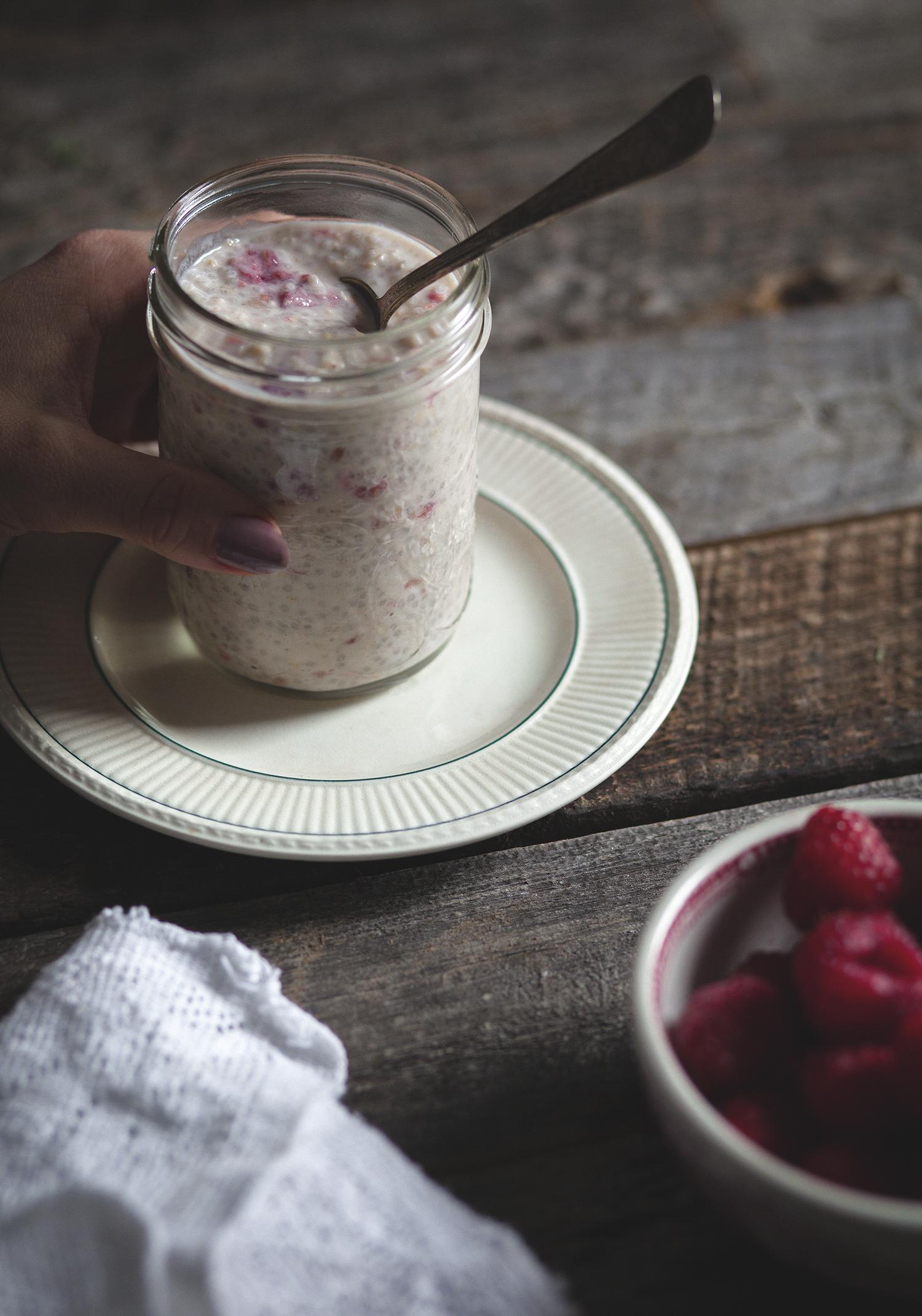 Credits : http://www.troisfoisparjour.com/en/web/trois-fois-par-jour/recettes/breakfast-brunch/gruau-d-avoine-chia-yogourt-erable-framboises