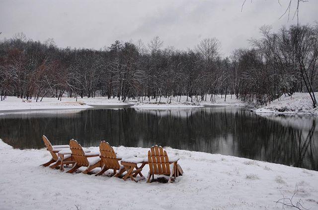 A winter wonderland . . . . . . #catawbariverclub #theriverclub #catawbariver #winterwonderland #snowday #snowylake #frozenlake #lakelife #riverlife #mountainlife #travelnc #morganton #morgantonnc