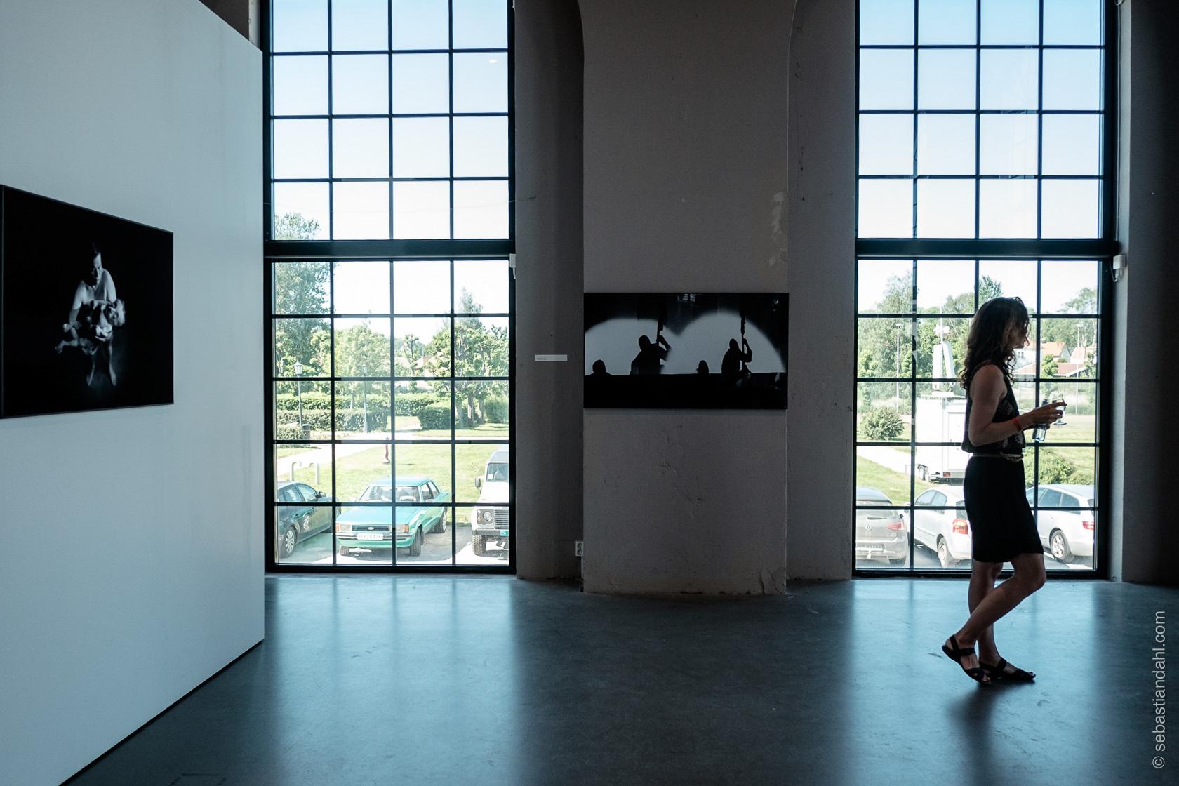 Åpning av utstillingsturné med bilder av den svenske fotografen Torbjörn Andersson, i Hydrogenfabrikken. Foto: Sébastian Dahl