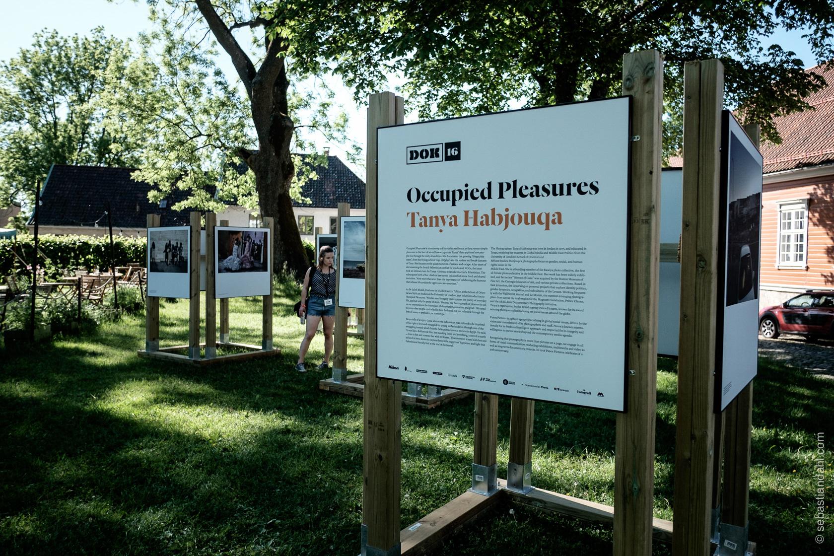 "Panos Pictures 30 år. Utstilling utenfor Gamlebyen Kulturhus, Occupied Pleasures"",av Tanya Habjouqa.Foto: Sébastian Dahl"