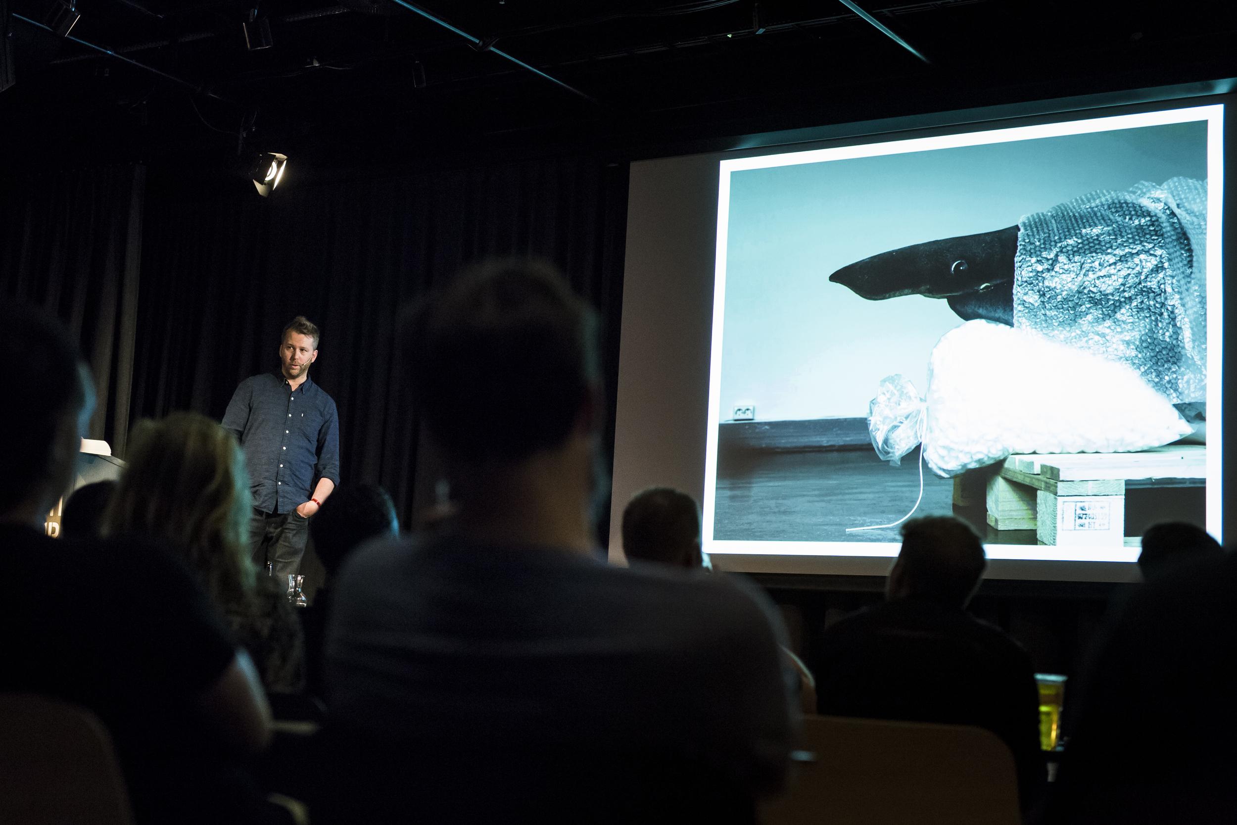 """Helge Skodvin gir liv til en samling døde dyr på Naturhistorisk Museum i Bergen, med prosjektet """"A Movable Beast""""."""