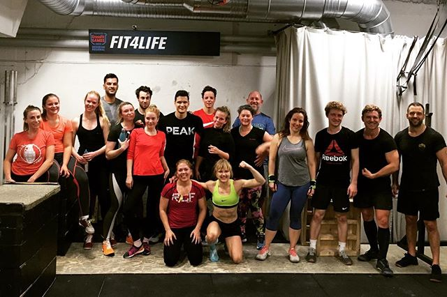 Team workout at @f4lcrossfit Stockholm 🇸🇪 . 3rounds: 6 wall-walks (plank) 40 dumbbell lunge (hang) 60 burpees over box . #crossfit #stockholm