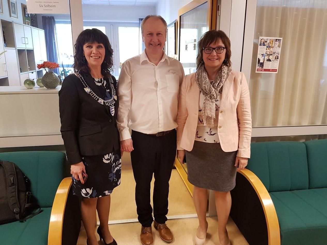 F.v. Fylkesordførar Jenny Følling, rektor Reidar Grønli og styreleiar Gunn Åmdal Mongstad