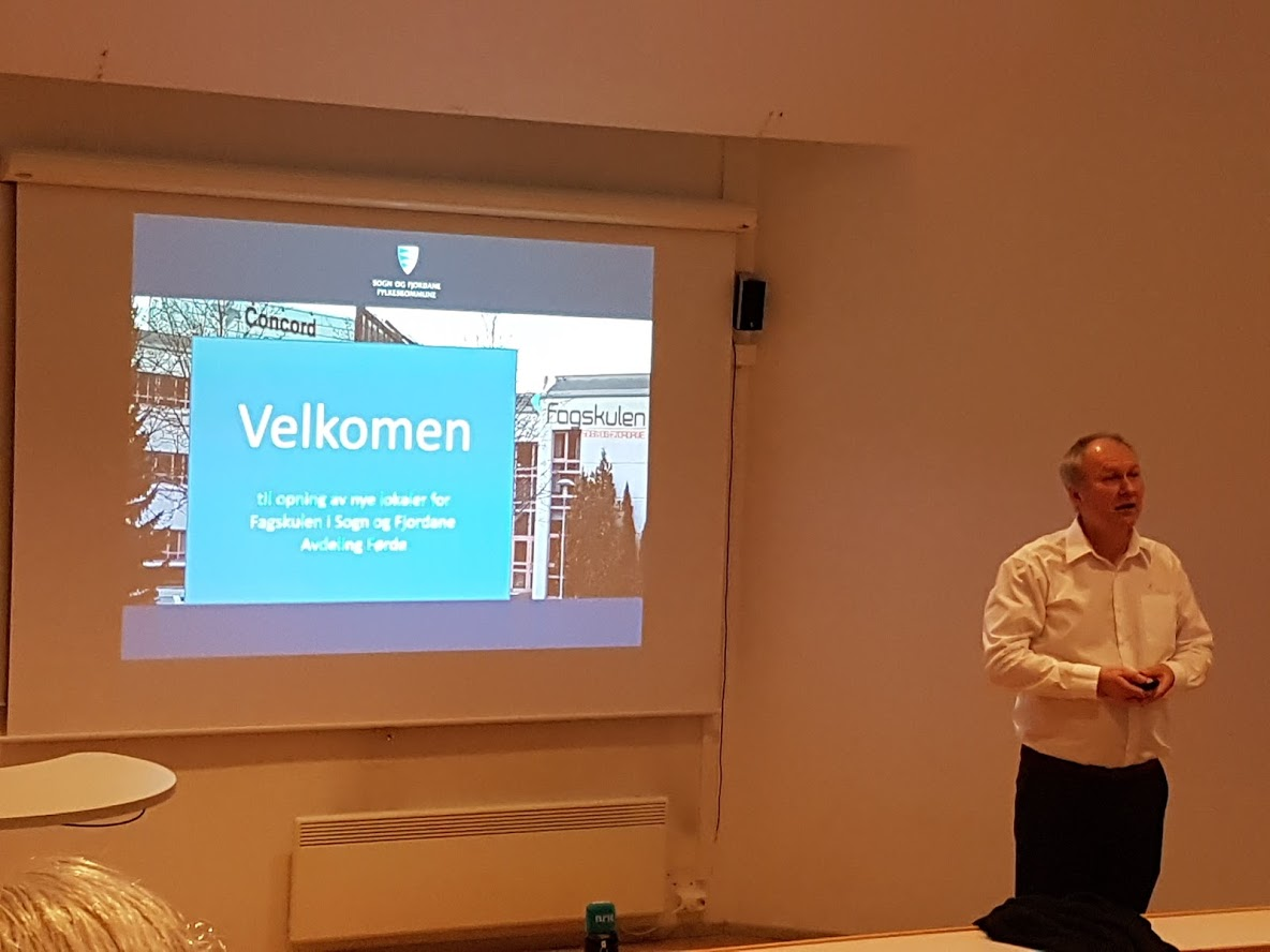 Rektor Reidar Grønli hadde ei orientering om Fagskulen, der han mellom anna hadde lyd/bilde-forbindelse med laboratoria hos Hellenes A/S. Frank Dybielzyk orienterte derifrå.