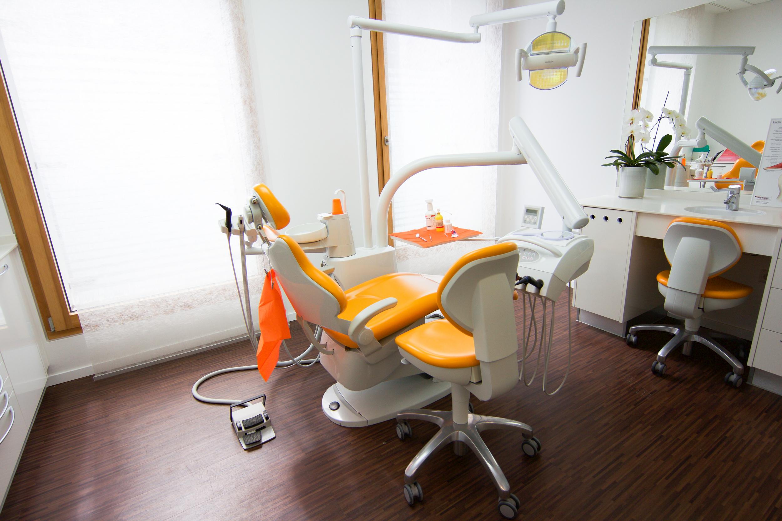 Leibinger_Behandlungszimmer_orange.jpg