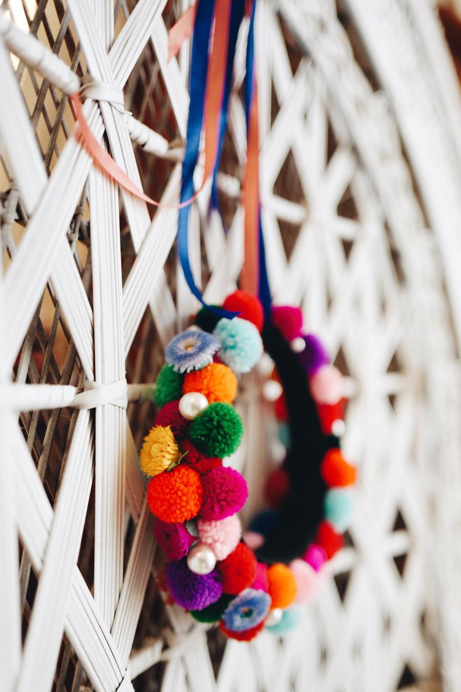 PomPom-Headpiece-WeAreFlowergirls-Coachella-Accessoire-Flowercrown.JPG