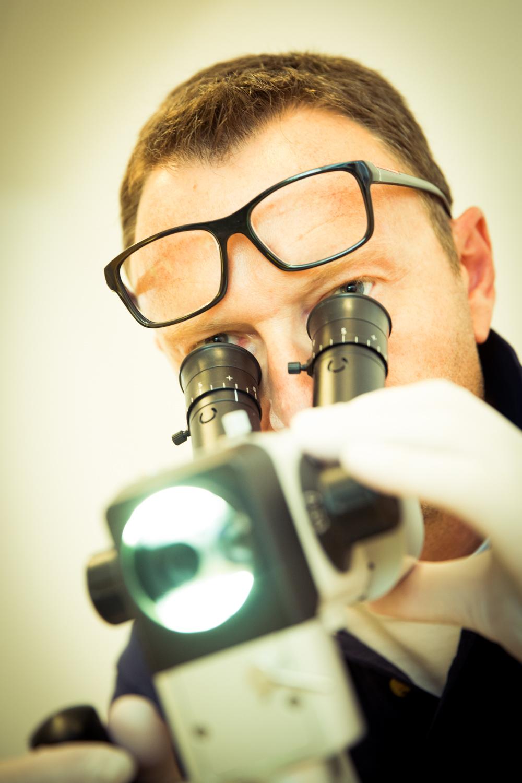 096DrFischerlehnerMikroskop.jpg