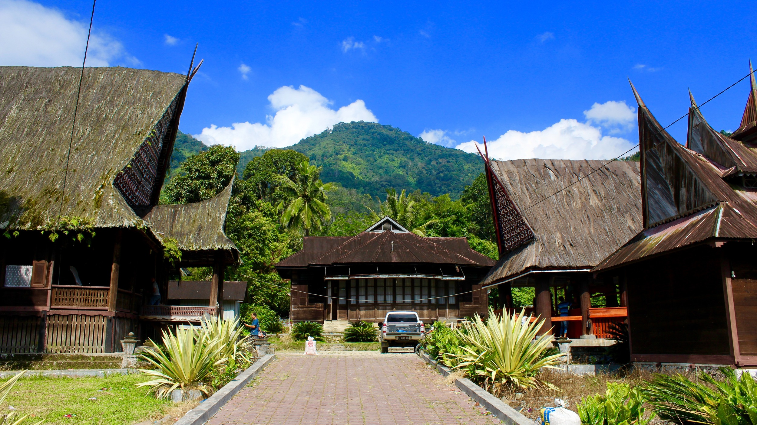 The royal complex of Ulu Pungkut: the king's house is on the left, while the  sopo gordang is on the right.
