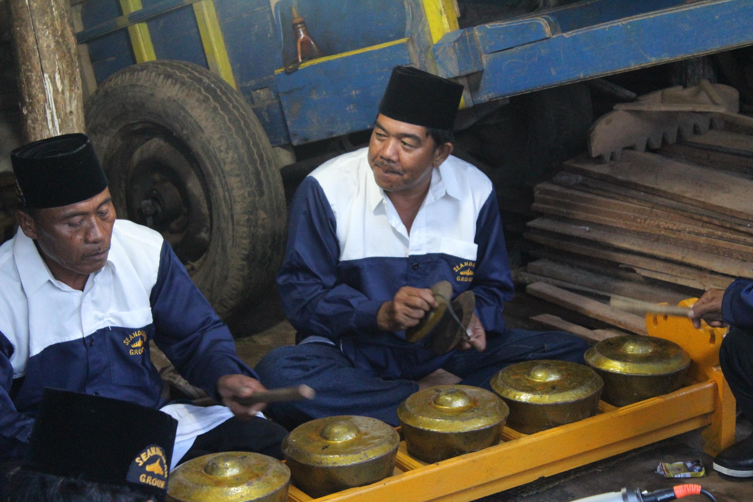 Pak Yurni (Dalem Kujat) and Pak Sataria (Raden Pusako) play  kulintang  and  gujih  in Gunung Raya.