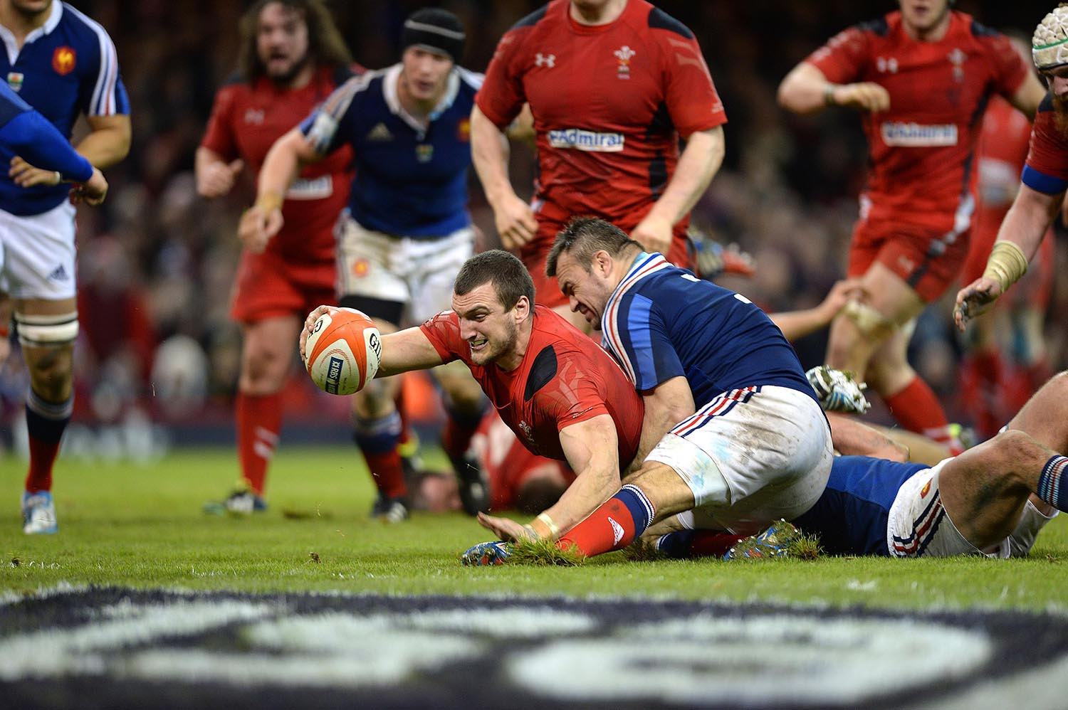 Sam Warburton of Wales scores a try