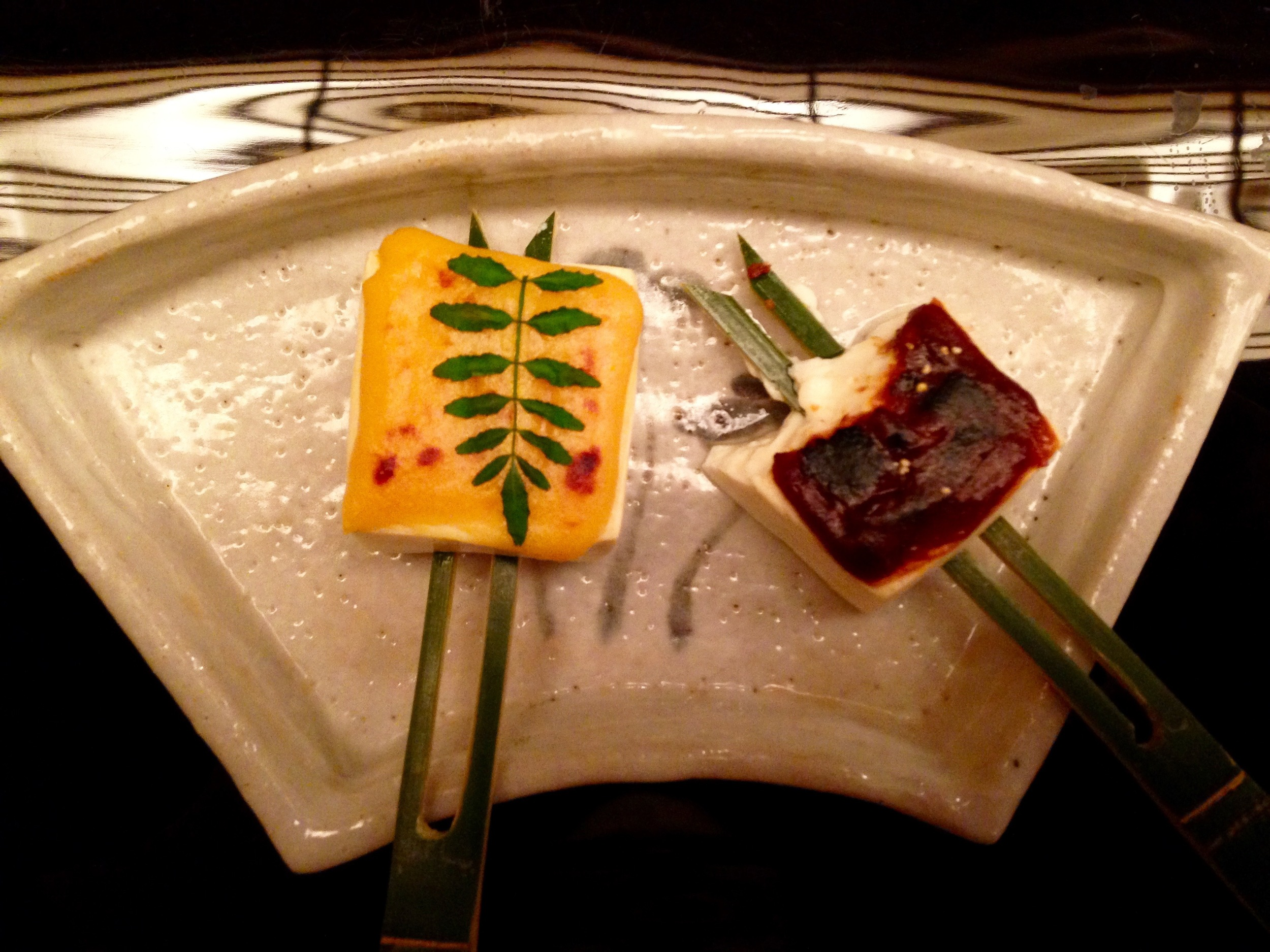 Oshinogi Course: Coal-roasted tofu with red and white miso glaze. And a young pepper tree leaf, a tongue-tingling delight!