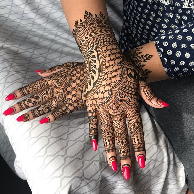 💙💙💙 Love this @hennabydivya inspired layout!  #honeycombhenna