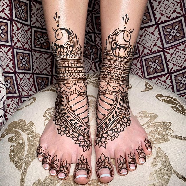 pretty in peacocks 💕🦚 💕  #hennafeet #betterthanshoes