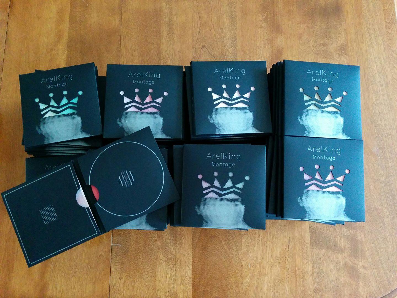 Chaque pochette, réalisée par l'Abricot, est unique. La couleur de la couronne est déterminée par le feuillet à l'intérieur de la pochette.