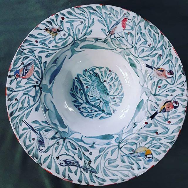 42cm Tondino with garden birds #yarntonpottery #andrewhazelden #gardenbirds #gardenbirdsuk #tinglazed