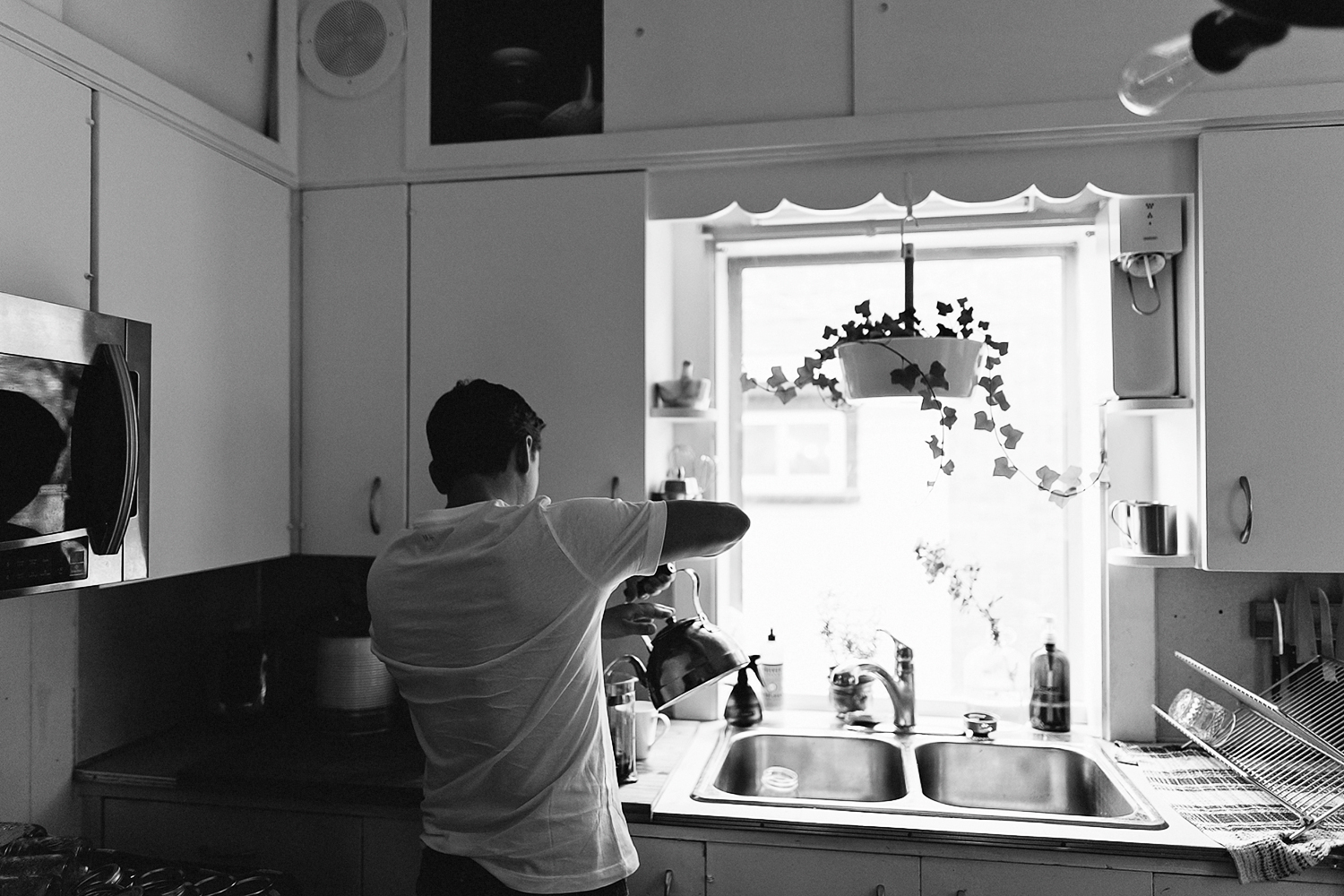 hamilton-toronto-vintage-old-home-rustic-inhome-maternity-session-toronto-maternity-photographer-ryanne-hollies-photography-details-dad-to-be-helping-make-coffee-french-press.jpg