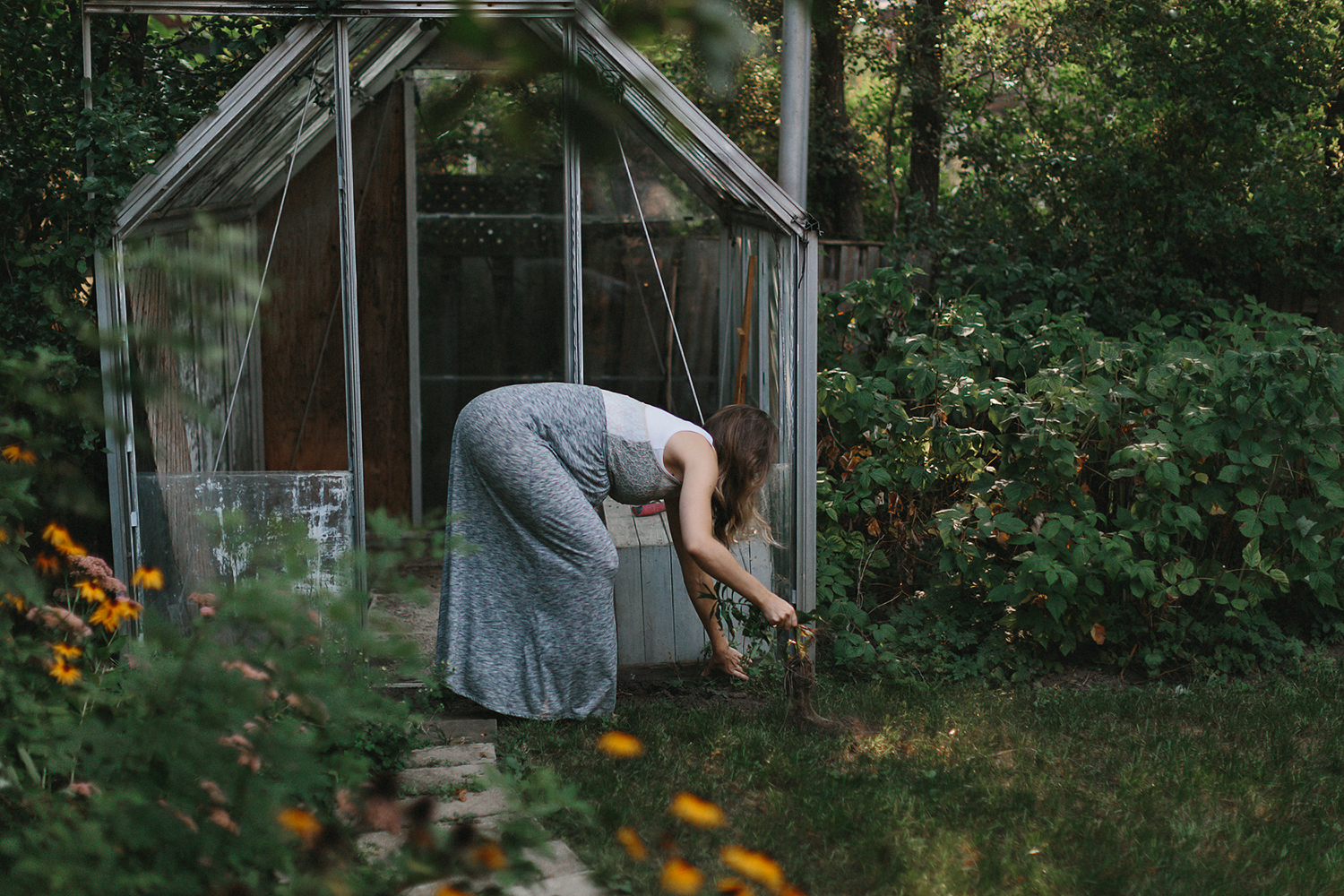 hamilton-toronto-vintage-old-home-rustic-inhome-maternity-session-toronto-maternity-photographer-ryanne-hollies-photography-candid-documentary-lifestyle-session-pregancy-momma-to-be-gardening-in-backyard-baby-on-the-way.jpg