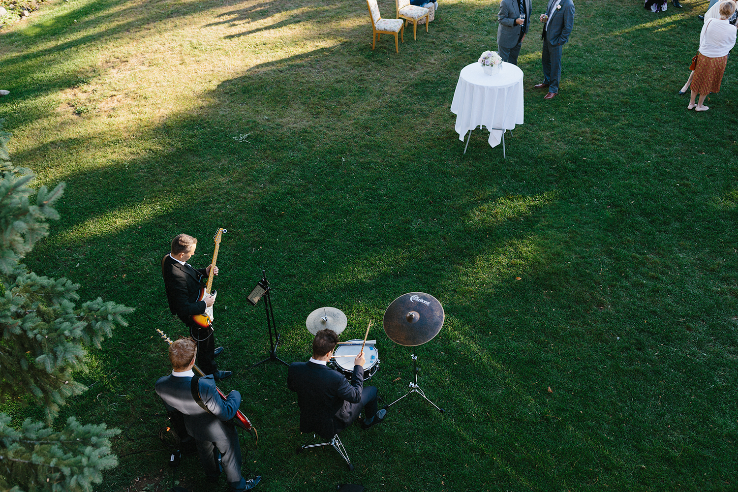 band-playing-during-outdoor-cocktail-hour-At-Eganridge-Resort-Venue-Muskoka-Ontario-Wedding-Photography-by-Ryanne-Hollies-Photography-Toronto-Documentary-Wedding-Photographer.jpg