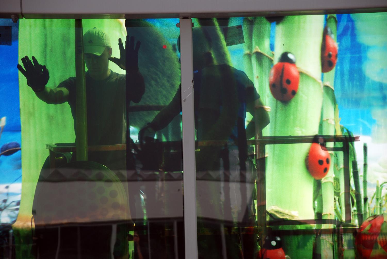 jongens door het raam.jpg
