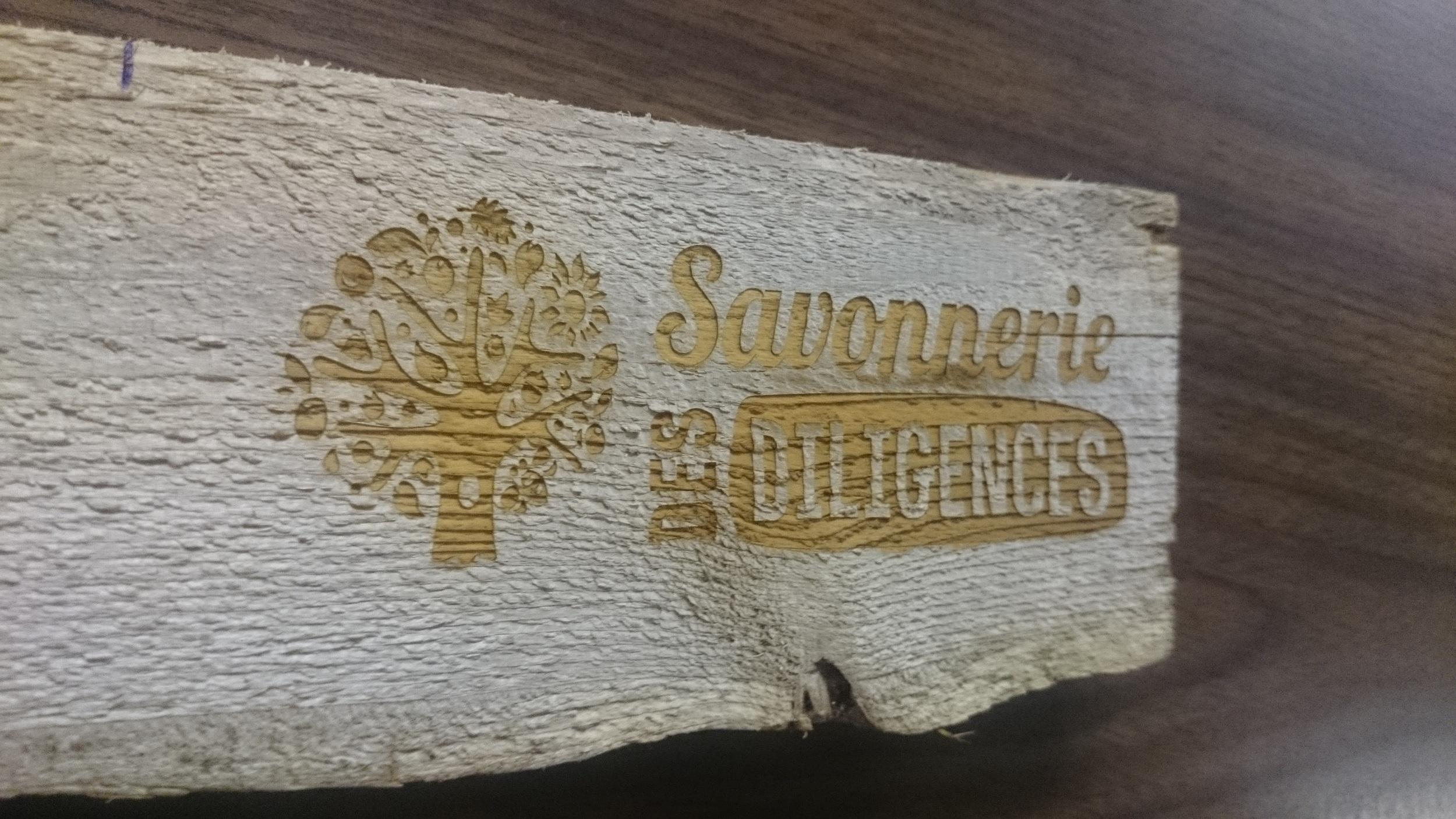 Planche de bois avec logo gravé