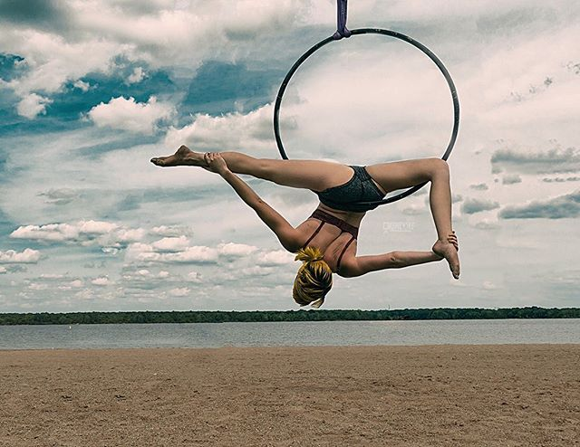 epic #ariel #photoshoot yesterday at the beach with @cyaerial . . #aerial #aerialist #trapeze #aerialtrapeze #aerialtrap #lyra #aerialhoop #pole #polefitness #aerialdance #aerialarts #circusarts #circuseverydamnday #doublestrapeze #duotrapeze #movementactivities #trapezeartist #circuslife #glam #marlynmonroe