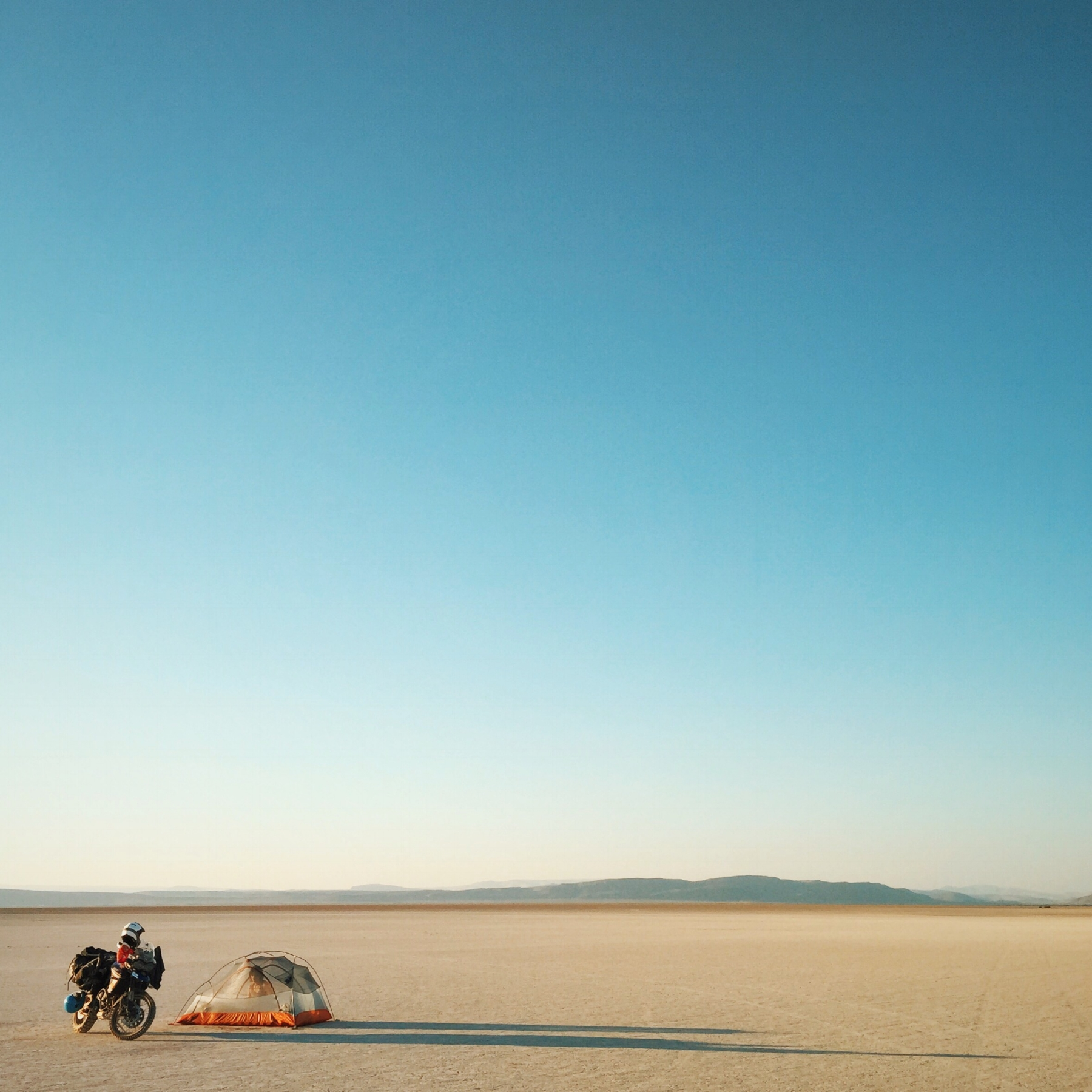 Alvord Desert Playa, Southern Oregon. Camping in the middle of nothing and definitely not putting on the rain fly. ⛺️🚲