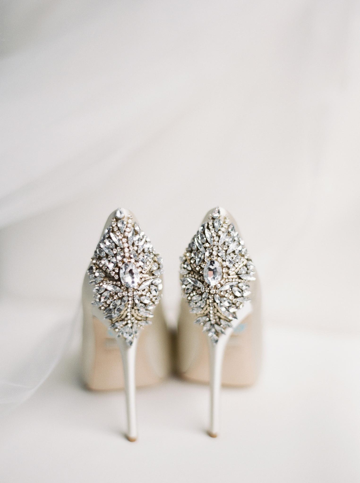 004OutliveCreative_Travel_Photographer_Videographer_Lewis&Clark_Oregon_Elegant_BlackTie_Destination_Wedding.jpg