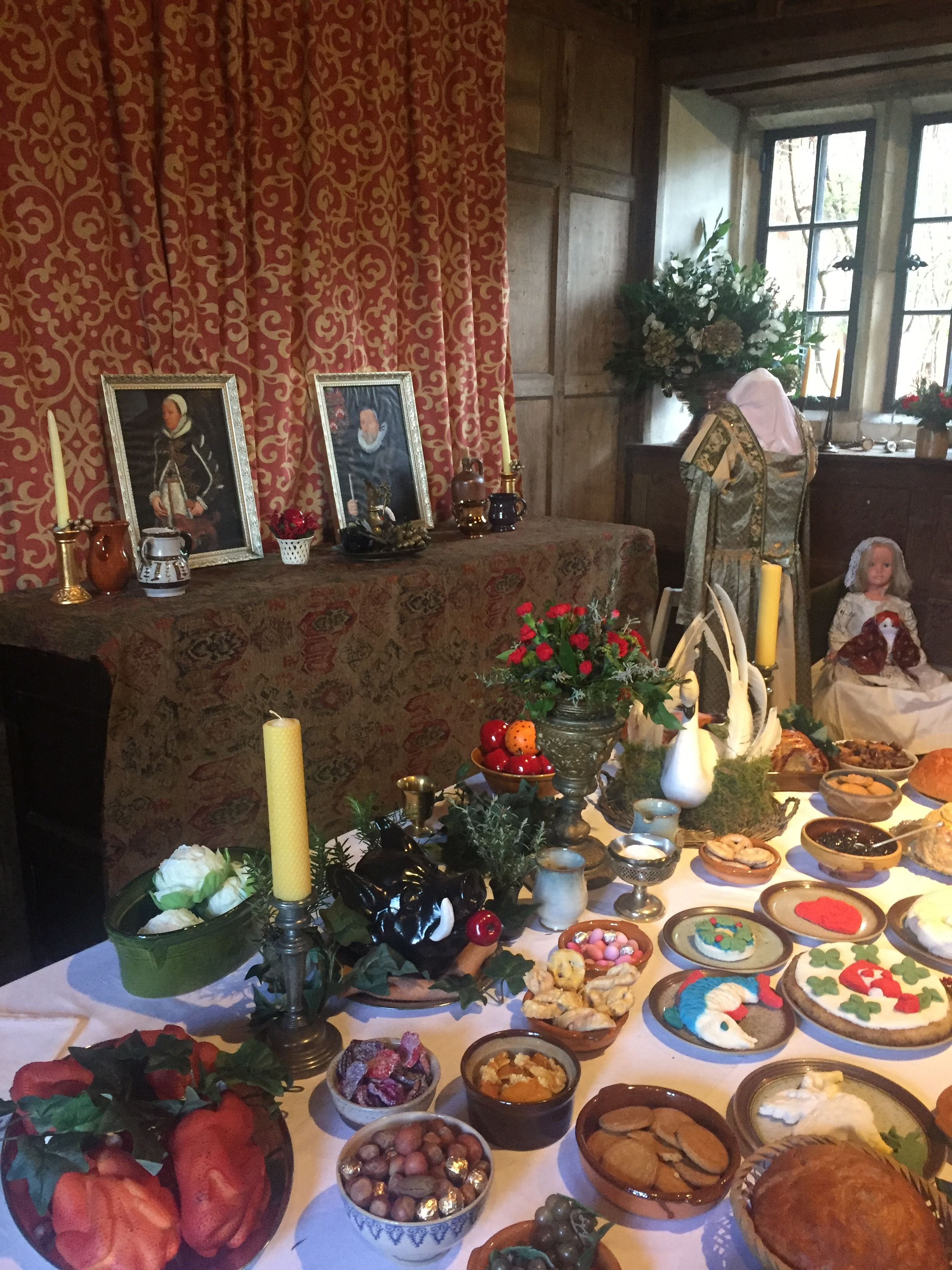 A Christmas display at Greys Court. Portraits of Katherine and Francis in the background. A sample of festive Tudor treats laid out on the table. And in back on the right, two dolls recreated by the volunteers to represent presents from Lettice to her younger sisters.