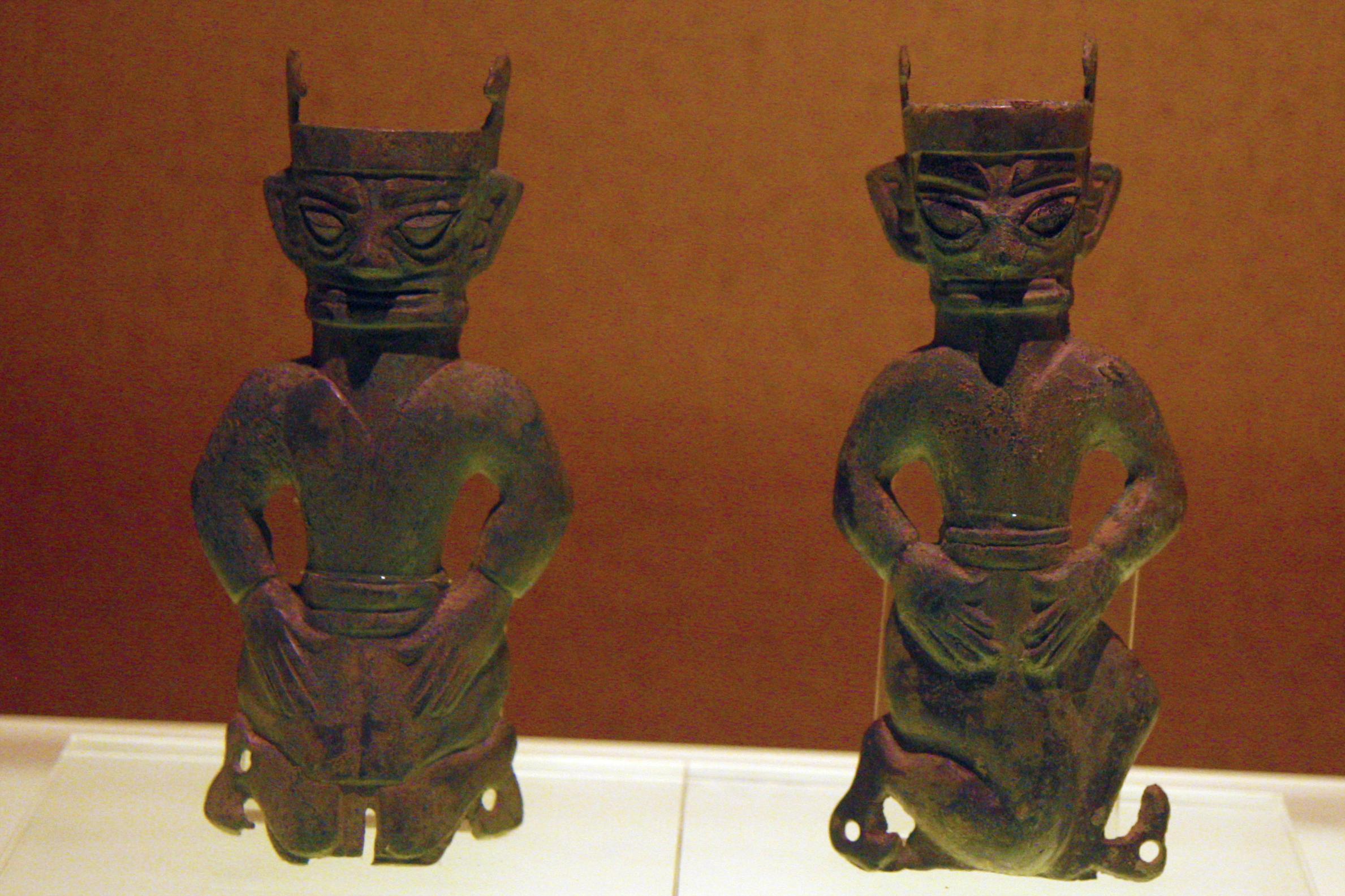2 figures kneeling