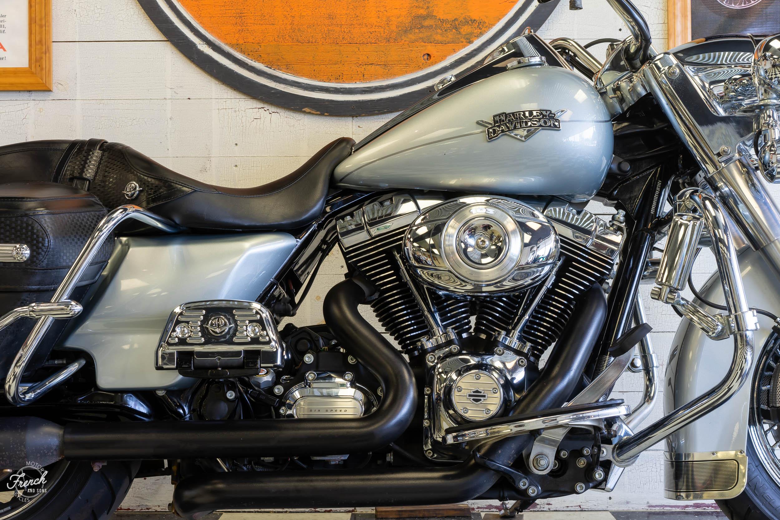 2011_Harley_davidson_road_king_silver-4.jpg