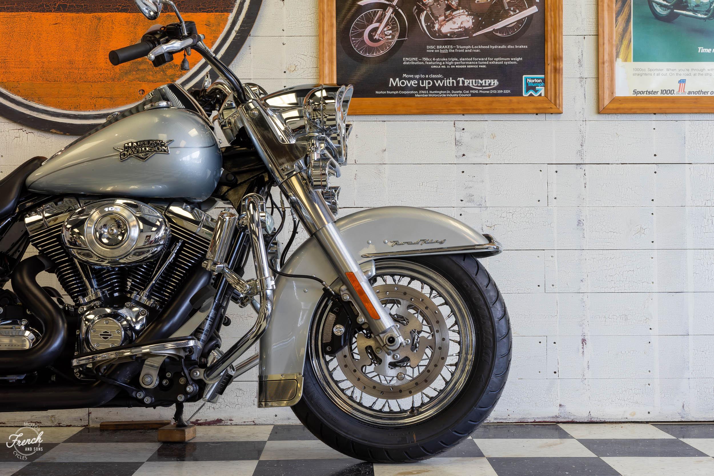 2011_Harley_davidson_road_king_silver-5.jpg