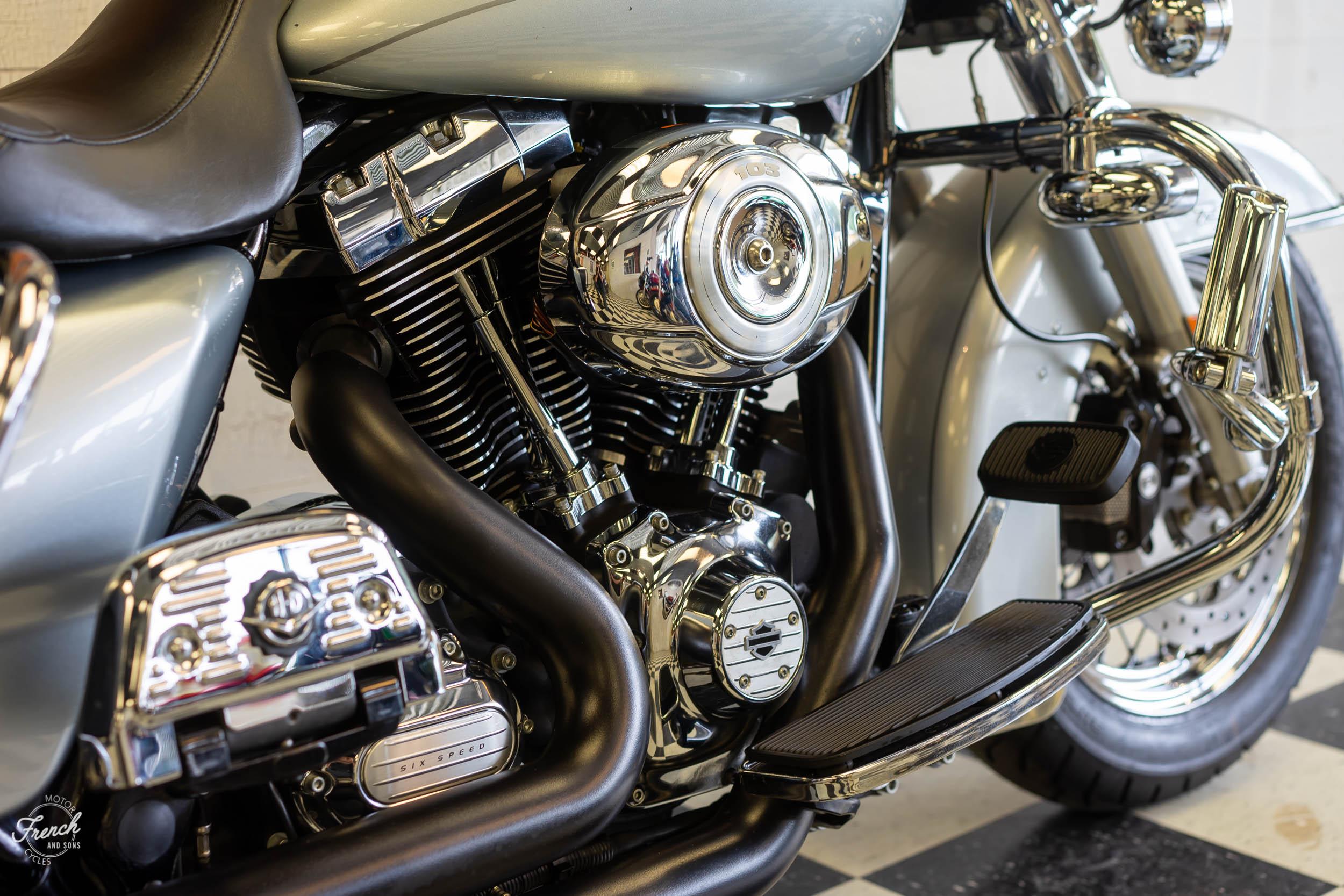 2011_Harley_davidson_road_king_silver-10.jpg