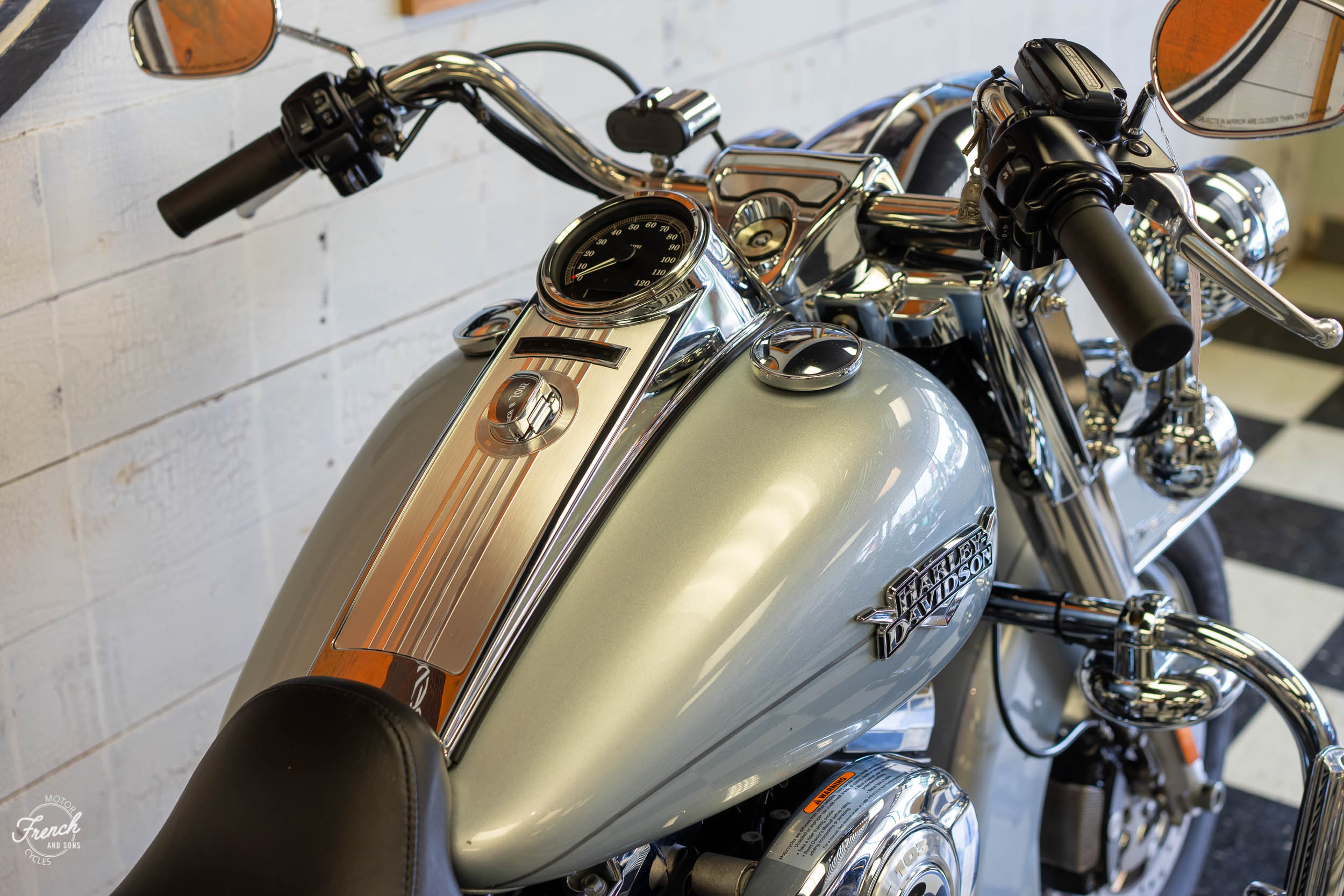 2011_Harley_davidson_road_king_silver-11.jpg