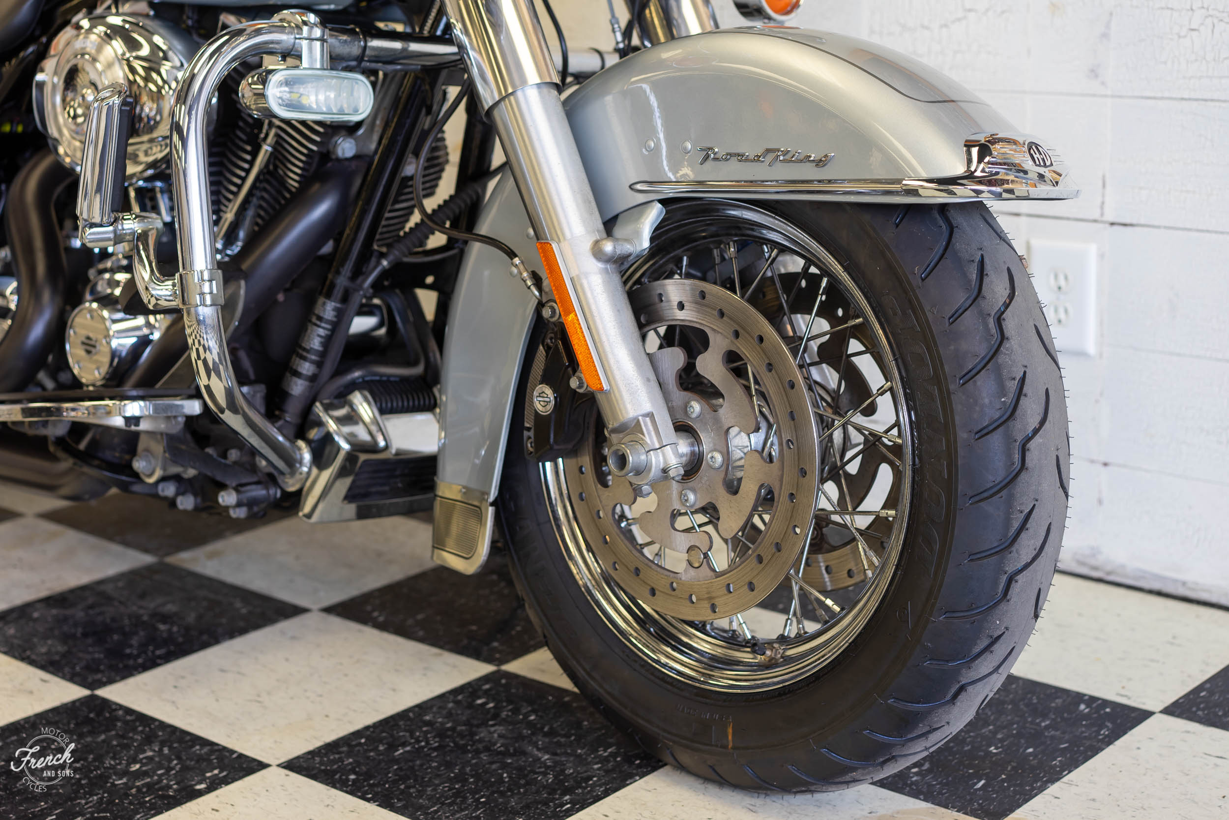 2011_Harley_davidson_road_king_silver-13.jpg