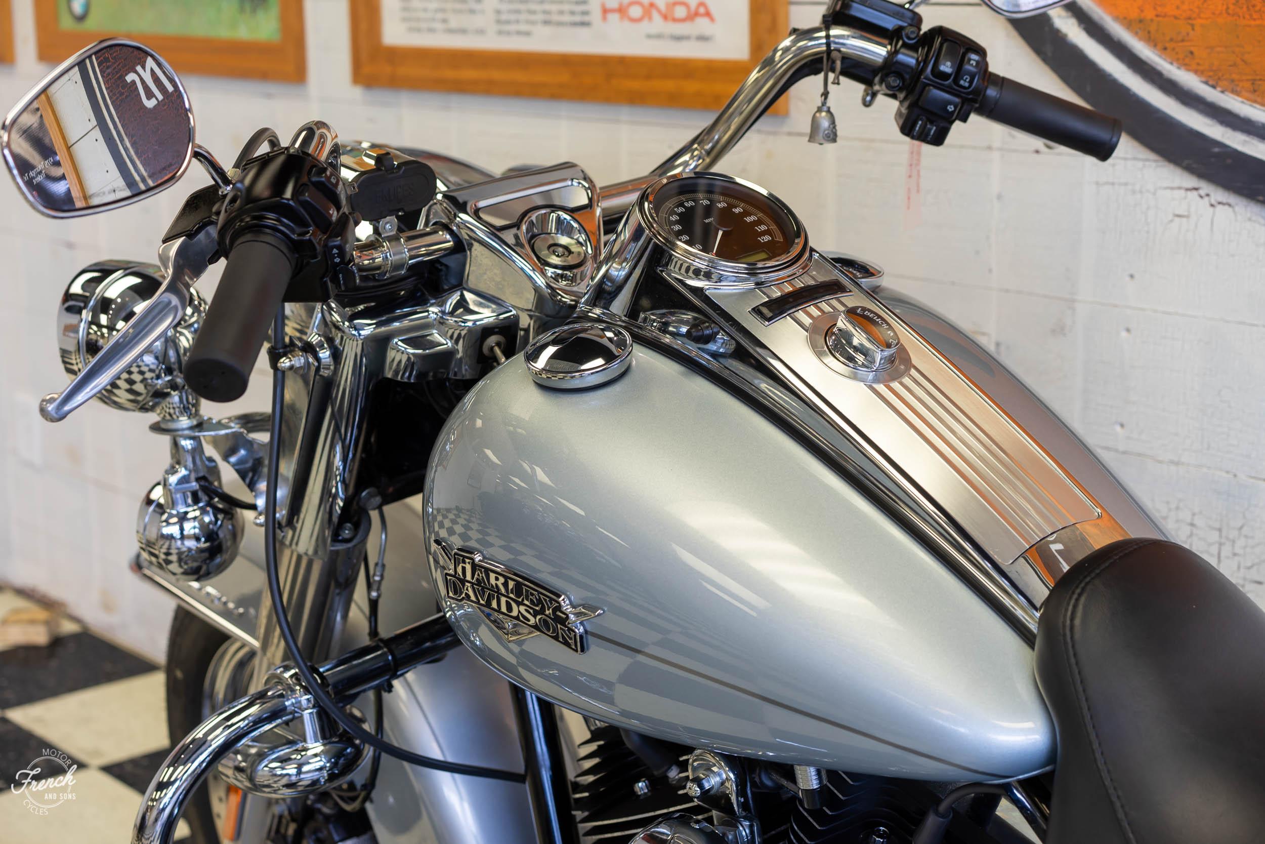 2011_Harley_davidson_road_king_silver-25.jpg