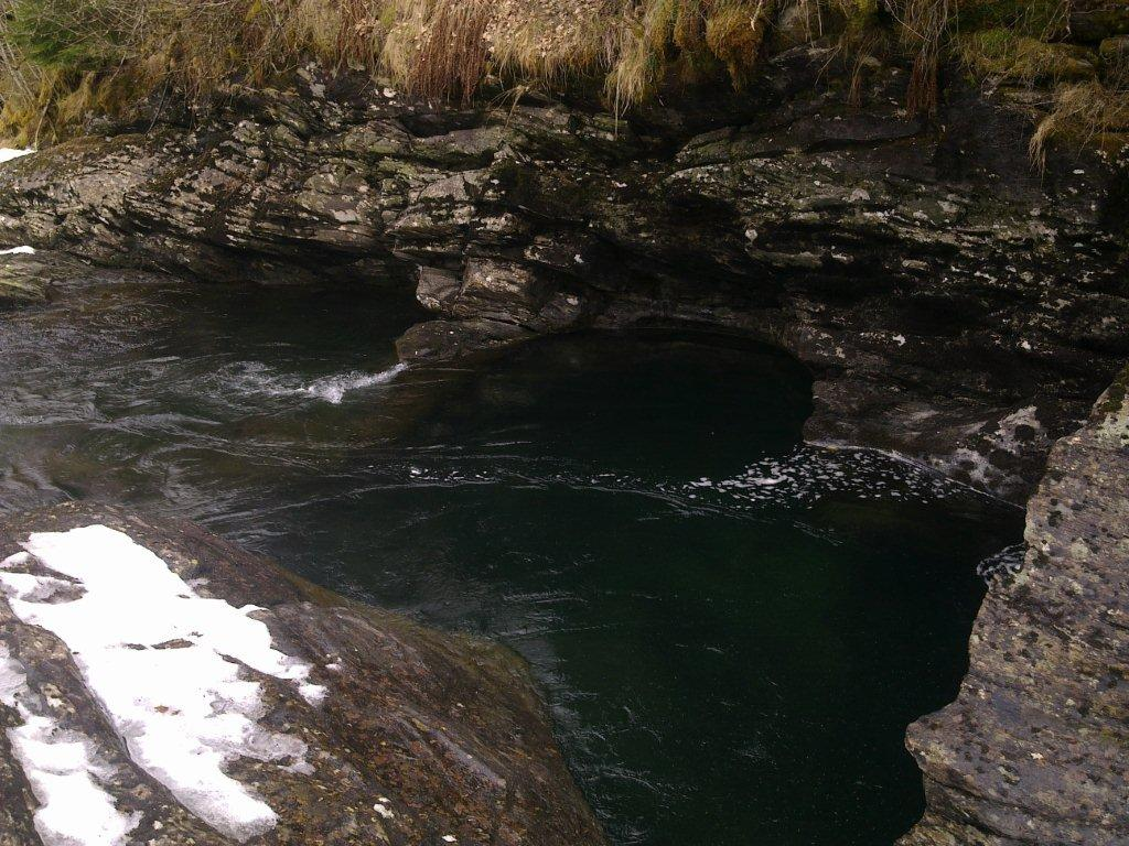 På denne vannstanden kan man se de svære jættegrytene fossen har laget