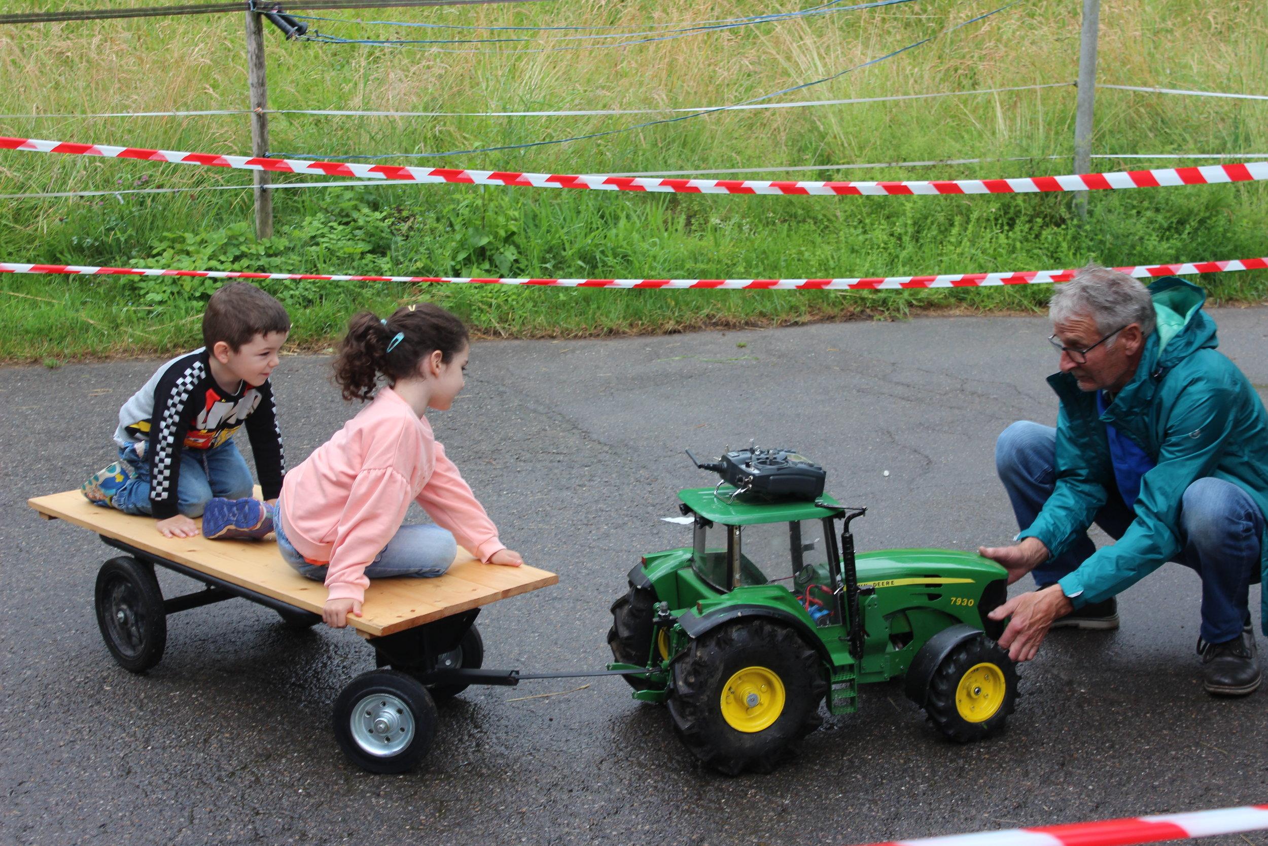 verschiedene Spiel, wie… - ein elektronischer Traktor, päckli fische, eine Gumpiburg und Mohrekopf schlüüdere.