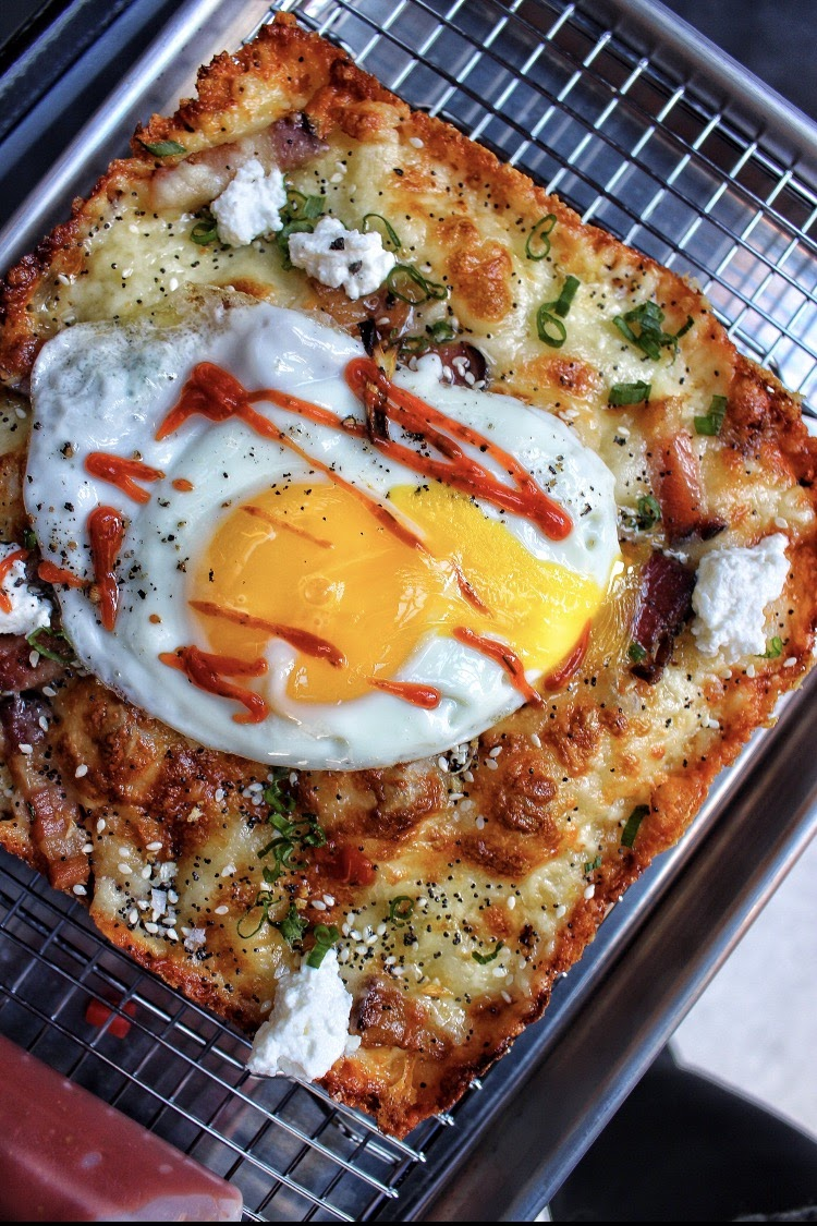 breakfast pizza / bacon, cheese, sunny egg, srirancha ketchup