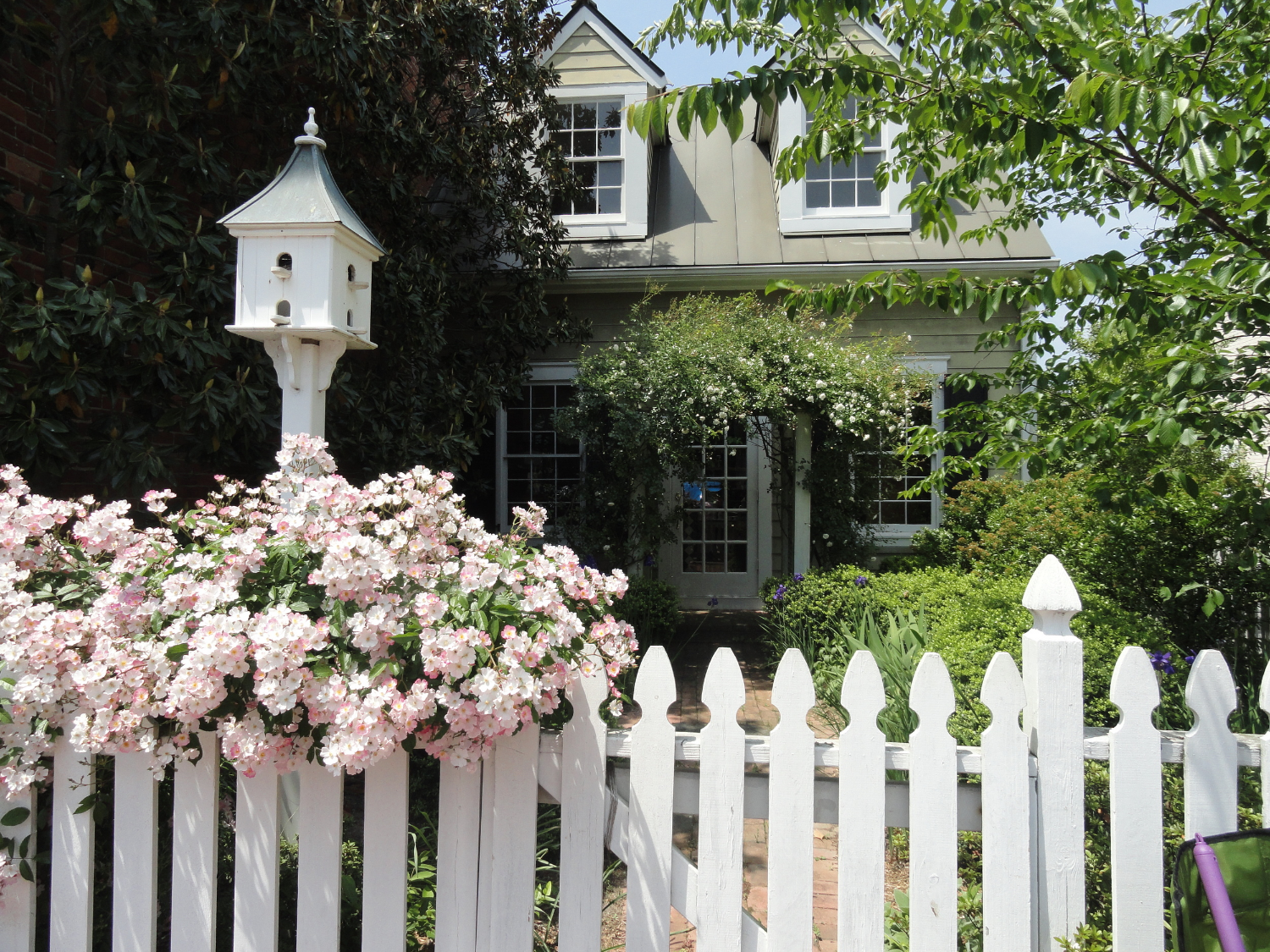 historic-Smithfield-Virginia-home-with-spring-flowers