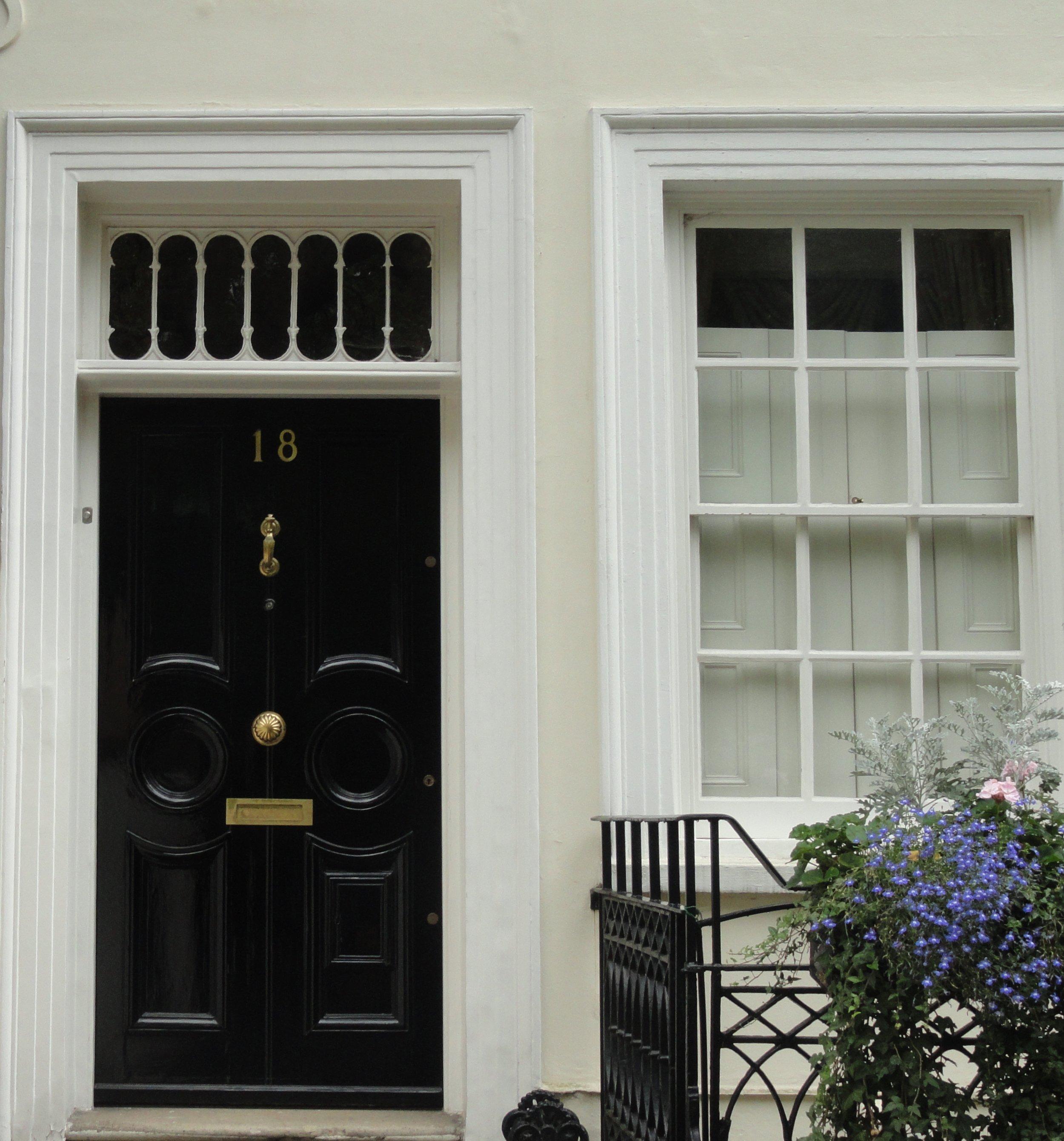 london-doors-nottinghill-black-door-white-home