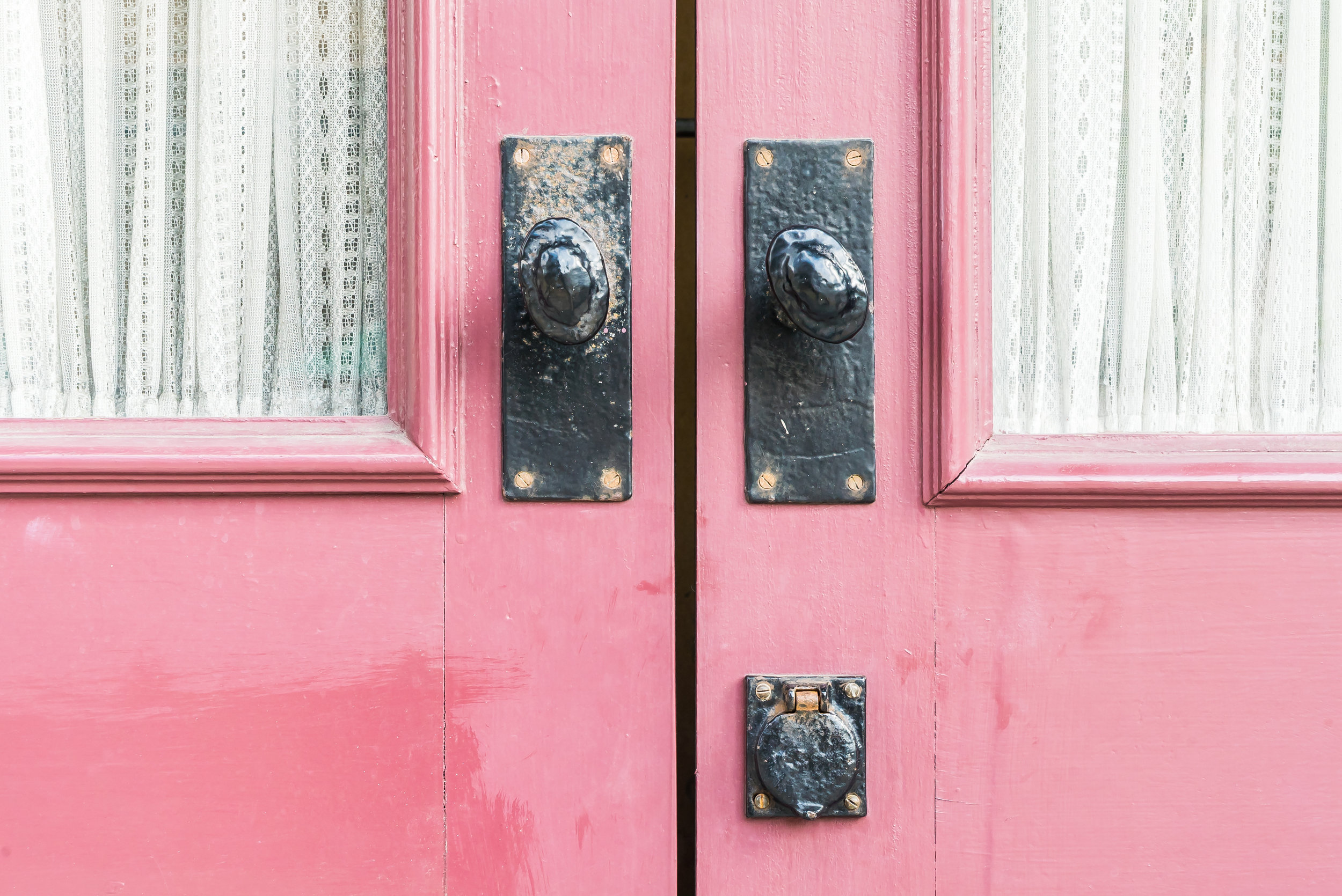 pink-door-with-white-lace-curtains