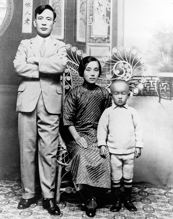 Jung Jung-Hwa (center) pictured with her family in Shanghai.