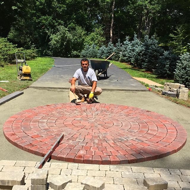Pavers with a stunning circle as the centerpiece👷
