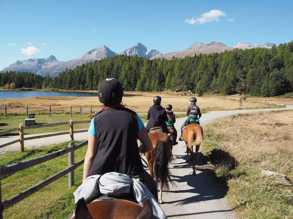 """""""Mein Herz und mein Gemüt sind prall voll - mit wunderschönen Erinnerungen an unser Wanderreiten & Yoga Retreat, meine Seele gerührt von der einmaligen Landschaft, den Pferden und den Begegnungen. Ich bin tief dankbar dafür, und blendend erholt in die neue Woche gepurzelt."""""""