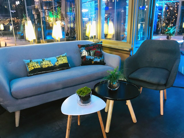 Taiga Colors -sisustustyynyjä Ravintola Kappelissa järjestetyssä Mercedes Benz -sähköauton lanseeraustilaisuudessa.  Kuva:  Kaheli Design
