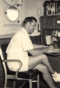 Lt. Minter Dial dans la cabine du capitaine de l'USS Napa, composer une lettre à l'automne de 1941.