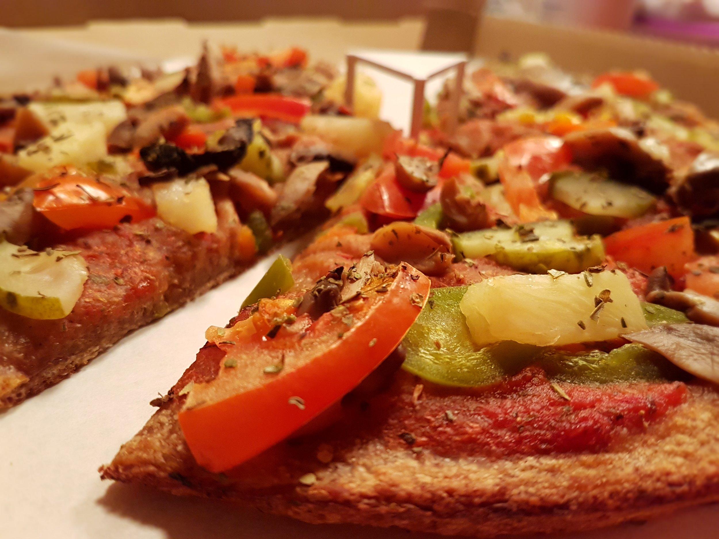 Rukkipõhjaga ilma juustuta pitsa.