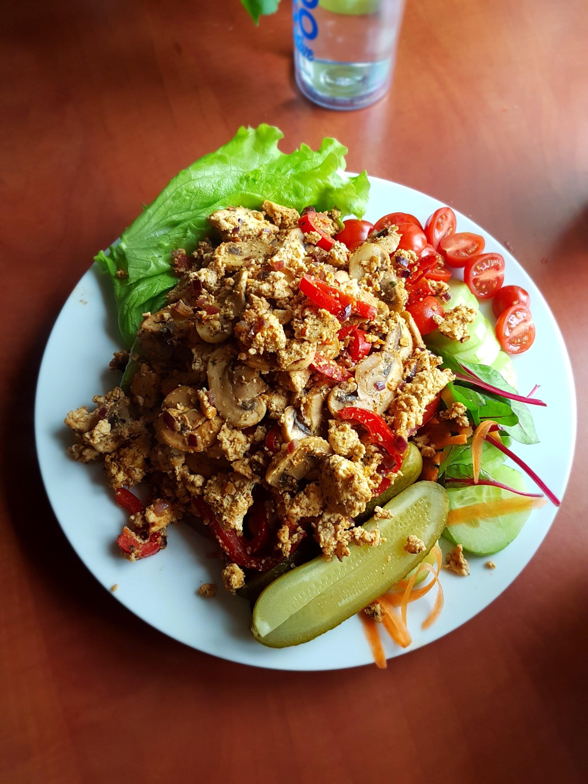 Tofu scramble seente, paprika ja värske salatiga