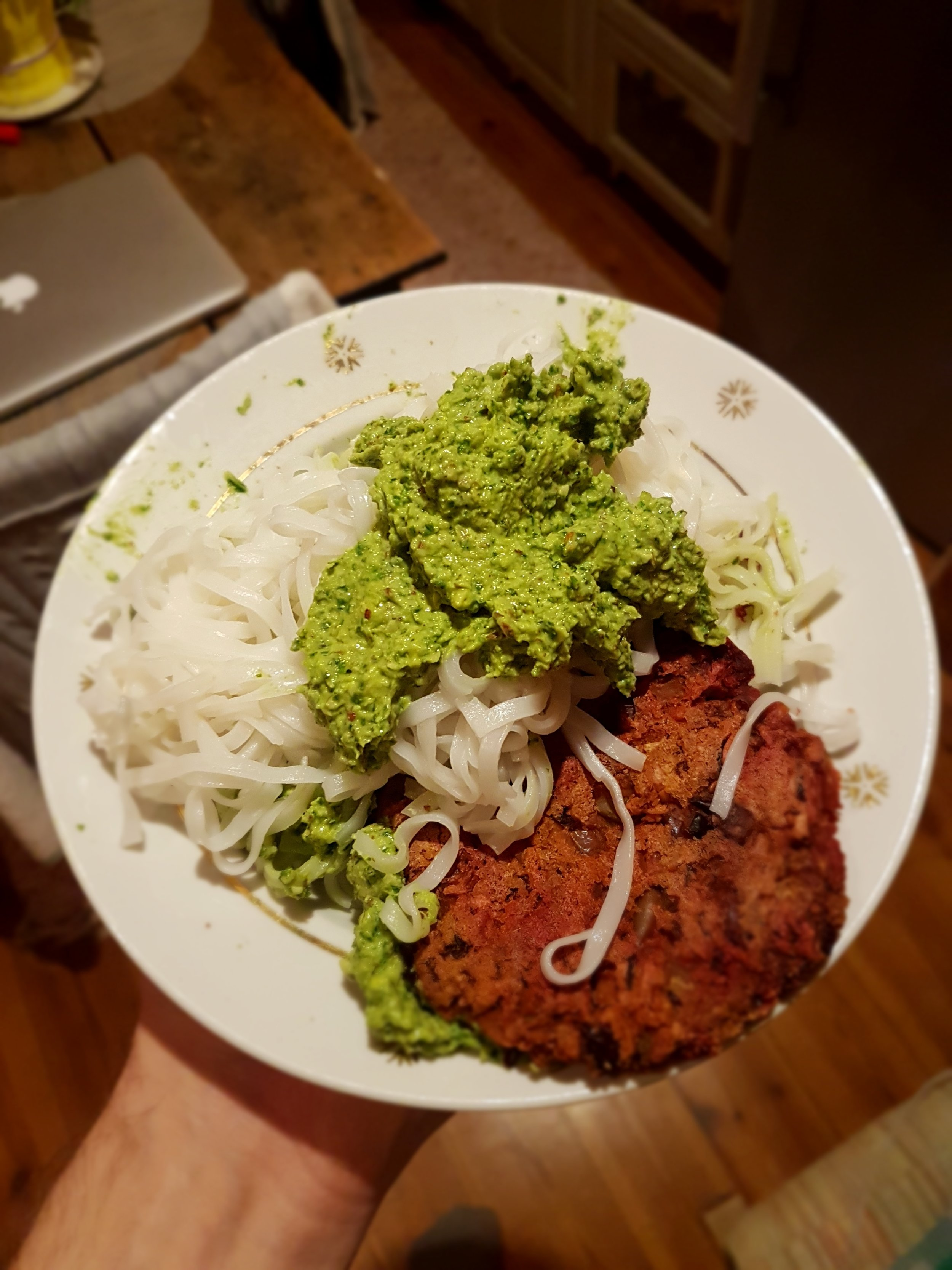 Kalepesto riisinuudlite ja peedikotleti jääkidega